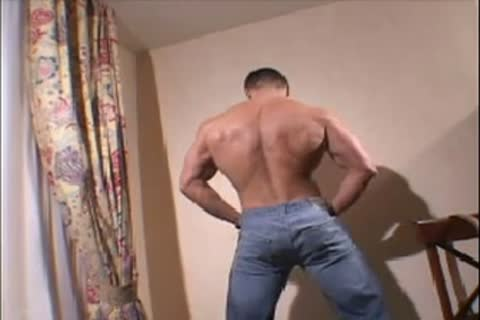 Muscle dude Hotel Solo
